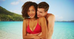 Couples de métis s'embrassant sur le rivage des Caraïbe Images stock