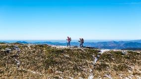 Couples de marche en montagnes carpathiennes Photos stock
