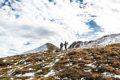 Couples de marche en montagnes carpathiennes Image stock