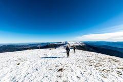 Couples de marche sur le dessus de la montagne Photo stock