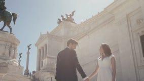 Couples de mariage à Rome posant devant le della Patria d'Altare à Rome, Italie au jour ensoleillé Le marié élégant marche autour banque de vidéos