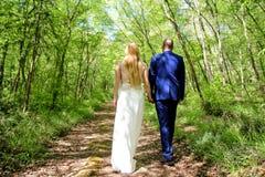 Couples de mariage au chemin forestier Images libres de droits
