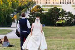 Couples de mariage au palais de schönbrunn Photographie stock