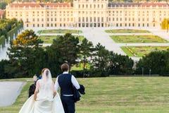 Couples de mariage au palais de schönbrunn Photos libres de droits