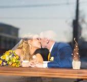 Couples de mariage au temps de Noël Image libre de droits