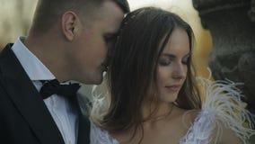 Couples de mariage Beaux marié et jeune mariée Famille heureux Homme et femme dans l'amour Jour du mariage Mouvement lent clips vidéos