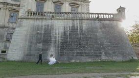 Couples de mariage Beaux marié et jeune mariée Famille heureux Homme et femme dans l'amour Jour du mariage Mouvement lent banque de vidéos