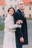 Couples de mariage dans l'amour Portrait extérieur de jeune mariée avec du charme en buste et de marié beau Image libre de droits