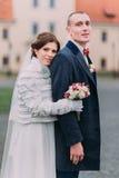Couples de mariage dans l'amour Portrait extérieur de jeunes mariés avec du charme en buste Image stock