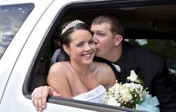Couples de mariage dans la limousine Photo stock