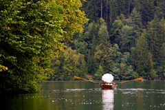 Couples de mariage dans le bateau sur le lac Photographie stock libre de droits
