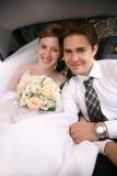 Couples de mariage dans le véhicule Image libre de droits
