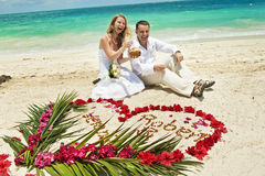 Couples de mariage dans les Caraïbe Photographie stock libre de droits