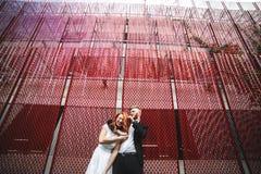 Couples de mariage dans un bâtiment futuriste Photographie stock libre de droits