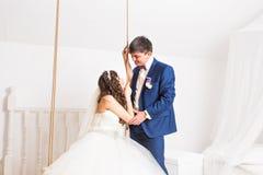 Couples de mariage de jeunes mariés Image stock