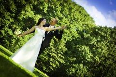 Couples de mariage de nouveaux mariés en été plus étroit Photographie stock libre de droits