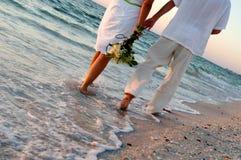 Couples de mariage de plage photos libres de droits