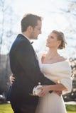 Couples de mariage embrassés Photographie stock