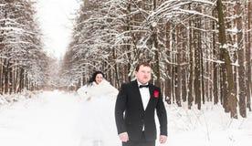 Couples de mariage en hiver Photos stock