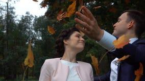 Couples de mariage en parc d'automne banque de vidéos