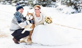 Couples de mariage et un chien mignon dans l'horaire d'hiver Photo stock