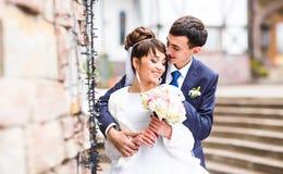 Couples de mariage extérieurs en hiver ou automne Photographie stock libre de droits