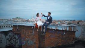Couples de mariage hauts cinq sur le toit banque de vidéos