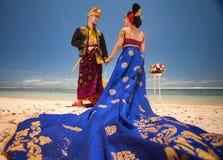 Couples de mariage heureux à l'hôtel de Bali de station balnéaire grand Photo stock