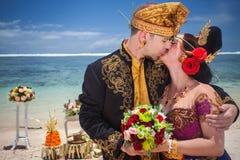 Couples de mariage heureux à l'hôtel de Bali de station balnéaire grand Images libres de droits