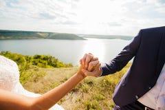 Couples de mariage Jeune apprécier romantique de couples Image libre de droits