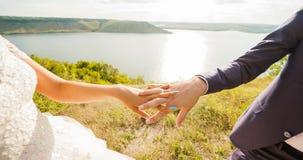 Couples de mariage Jeune apprécier romantique de couples Image stock