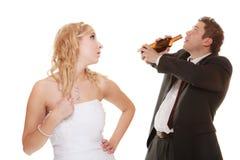 Couples de mariage, jeune mariée avec le marié potable alcoolique Images stock