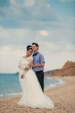 Couples de mariage, jeunes mariés, marchant sur a images stock