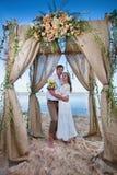 Couples de mariage juste mariés Images stock