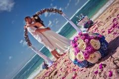 Couples de mariage juste mariés Photo libre de droits