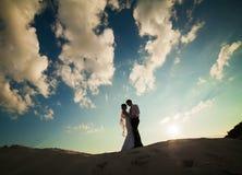 Couples de mariage le soir Moment romantique paisible Images stock