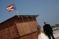 Couples de mariage marchant sur une plage au Cuba Image stock