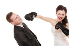 Couples de mariage Marié de boxe de jeune mariée Conflit Image stock