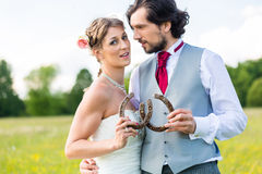 Couples de mariage montrant la chaussure de cheval Photo stock