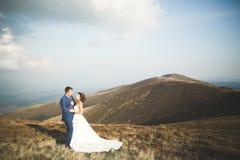 Couples de mariage posant sur le coucher du soleil au jour du mariage Mariée et marié dans l'amour Images stock