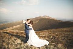 Couples de mariage posant sur le coucher du soleil au jour du mariage Mariée et marié dans l'amour Photographie stock libre de droits
