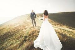 Couples de mariage posant sur le coucher du soleil au jour du mariage Mariée et marié dans l'amour Photos libres de droits