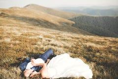 Couples de mariage posant sur le coucher du soleil au jour du mariage Mariée et marié dans l'amour Photos stock