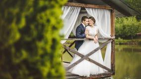 Couples de mariage posant sur le pilier Photo stock