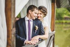 Couples de mariage posant sur le pilier Images stock