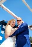 Couples de mariage restant près de la maison blanche bleue Photo libre de droits