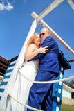 Couples de mariage restant près de la maison blanche bleue Photo stock