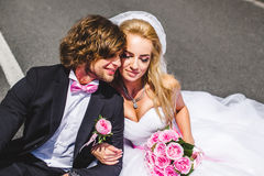Couples de mariage se reposant sur la terre Image libre de droits
