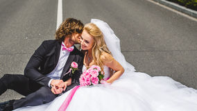 Couples de mariage se reposant sur la terre Images libres de droits