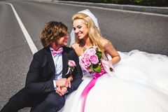 Couples de mariage se reposant sur la terre Photos libres de droits